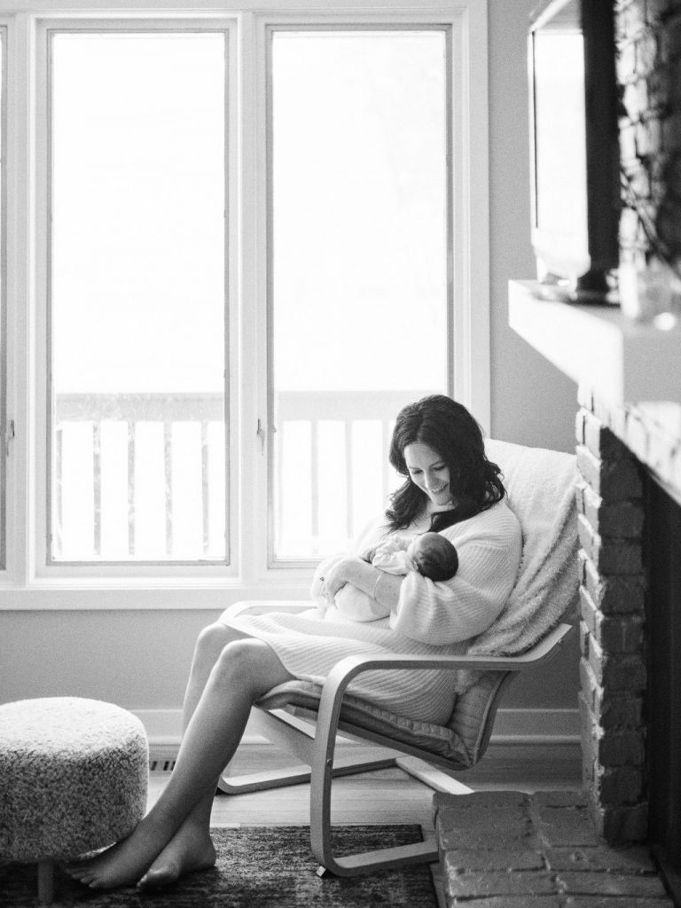 Simple Mother Baby Photos | Chaska Newborn Family Photographer | Lifestyle Minneapolis Photographer Lauren Engfer